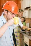 Schneller Kaffee bevor dem Beginnen zu arbeiten Lizenzfreies Stockfoto