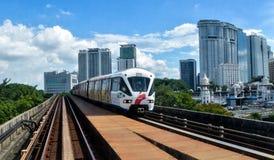 Schneller Kiloliter - heller Schienen-Zug in Kuala Lumpur, Malaysia stockfotos