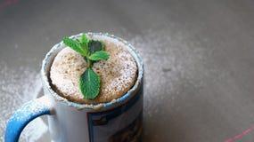 Schneller Kuchen in einem Becher verziert mit Minze Stockfoto