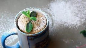 Schneller Kuchen in einem Becher verziert mit Minze Lizenzfreies Stockfoto