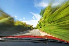 Schneller Sportwagen, der in Natur-Autobahn antreibt Stockbild