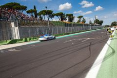 Schneller Supercar auf der Straße während des Rennens schuf etwas Antrieb auf dem Asphalt stockbilder