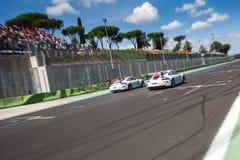 Schneller Supercar auf der Stra?e w?hrend des Rennens schuf etwas Antrieb auf dem Asphalt lizenzfreie stockbilder