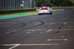 Schneller Supercar auf der Stra?e w?hrend des Rennens schuf etwas Antrieb auf dem Asphalt stockbild