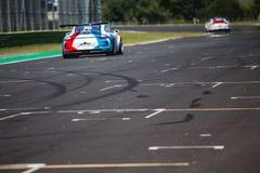 Schneller Supercar auf der Stra?e w?hrend des Rennens schuf etwas Antrieb auf dem Asphalt lizenzfreies stockfoto