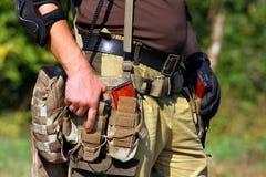 Schneller Warteteamsoldat, der sich vorbereitet, eine Pistole abzufeuern Stockbild