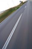 Schnelles Auto auf der Straße mit Asphalt Stockbild