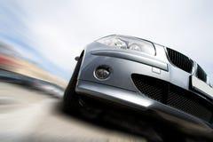 Schnelles Auto, das mit Bewegungszittern sich bewegt lizenzfreie stockbilder