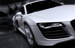 Schnelles Auto, das mit Bewegungszittern sich bewegt Stockfotografie