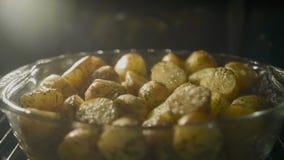 Schnelles Backen der goldenen Kartoffel im Ofen, timelapse schoss stock footage