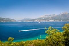 Schnelles Boot an der Bucht von Kotor wässert Stockfotografie