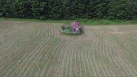 Schnelles Fliegen zu einem alten und verlassenen Haus stock video