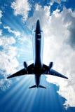 Schnelles Flugzeug obenliegend Stockfotografie
