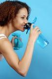 Schnelles Getränk des Wassers stockfotos