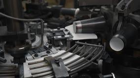 Schnelles Herstellungsverfahren der Papierschale für heiße Getränke Teile der drehenden Maschine stock video footage