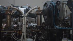 Schnelles Herstellungsverfahren der Papierschale für heiße Getränke Teile der drehenden Maschine stock video