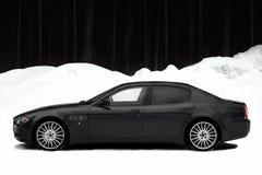 Schnelles italienisches Auto in schneebedecktem Sibirien auf Schwarzweiss-Hintergrund GTS lizenzfreies stockbild