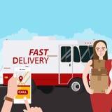 Schnelles Lieferungsmädchen, das Kastenpaketbestellung über Handy hält Stockfoto