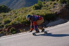 schnelles longboard abschüssiger Schlittschuhläufer Lizenzfreies Stockfoto