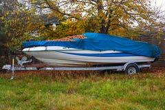 Schnelles Motorboot auf LKW-Anhänger Stockfoto