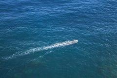 Schnelles Motorboot geht auf das Ozeanwasser lizenzfreies stockfoto