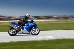 Schnelles Motorrad auf Rennen Lizenzfreie Stockfotografie