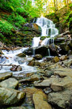 schnelles Stromwasser Schöne Landschaft Lizenzfreie Stockfotografie