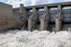 Schnelles Wasser von Truman-Verdammung bei Warasaw Missouri USA stockfotos