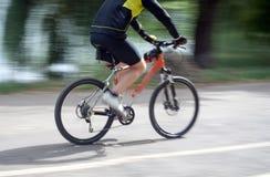 Schnellfahren auf ein Fahrrad Lizenzfreie Stockbilder