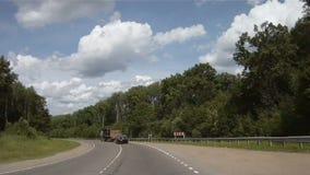 Schnellfahren durch Sommerstraße stock video