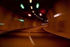 Schnellfahren innerhalb des Straßentunnels Stockbild