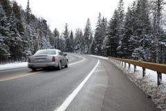 Schnellfahrenauto auf einer Winterstraße Lizenzfreie Stockfotos