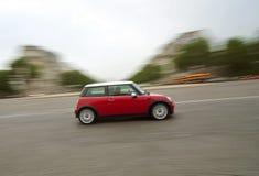 Schnellfahrenauto (Mini Cooper) lizenzfreies stockfoto