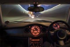 Schnellfahrenauto nachts Stockbilder