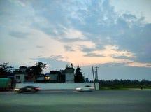 Schnellfahrenauto und -abend lizenzfreie stockbilder