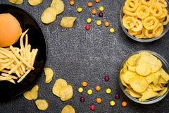 Schnellimbiß: Draufsicht des Burgers, der Pommes-Frites, der Chips, der Ringe und des Ca stockfoto