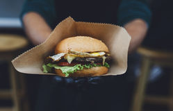 Schnellimbiß der Straße, Hamburger mit bbq grillte Steak Lizenzfreie Stockfotos