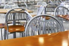 Schnellimbissstühle und -tabellen Stockfoto