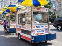 Schnellimbisswarenkorb, der Hotdoge und anderen Snack in New York City verkauft Lizenzfreie Stockfotos