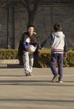 Schnellporträt des Fußballs Jungen spielend Stockfoto