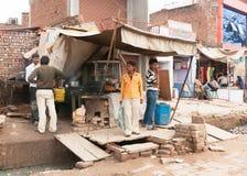 Schnellrestaurant errichtet über Abwasserkanal auf Straßenmarkt Stockfotografie