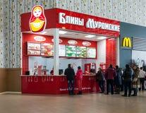Schnellrestaurant-Pfannkuchen von Murom (Bliny Muromskie) in der Übertreibung Stockfoto