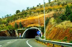 Schnellstraße, die zu den Tunnel, den Tunnel durch den Berg führt Lizenzfreies Stockbild