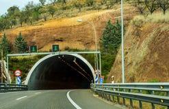 Schnellstraße, die zu den Tunnel, den Tunnel durch den Berg führt Lizenzfreies Stockfoto