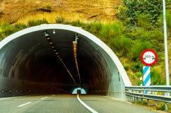 Schnellstraße, die zu den Tunnel, den Tunnel durch den Berg führt Lizenzfreie Stockfotos