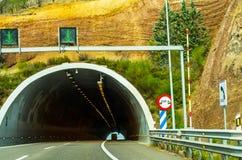 Schnellstraße, die zu den Tunnel, den Tunnel durch den Berg führt Stockfotos
