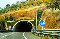 Schnellstraße, die zu den Tunnel, den Tunnel durch den Berg führt Lizenzfreie Stockfotografie