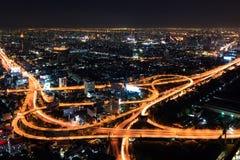 Schnellstraße herein in die Stadt nachts Bangkok Lizenzfreie Stockfotografie