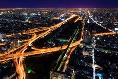 Schnellstraße herein in die Stadt nachts Bangkok Stockfotografie