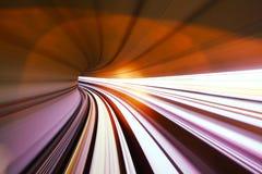 Schnellzug, der in Tunnel überschreitet Stockbild